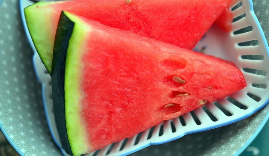 sliced watermelon in plate
